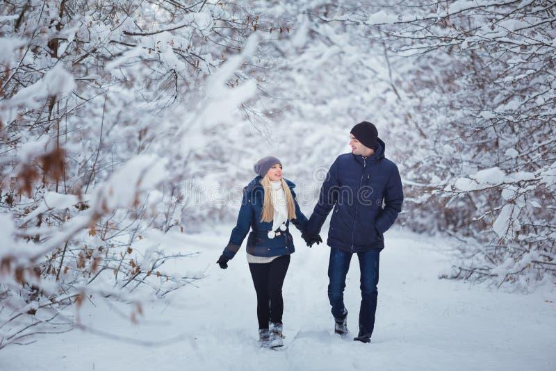 愉快的夫妇获得乐趣户外在雪公园 背景海滩异乎寻常的做的海洋沙子雪人热带假期白色冬天 图库摄影