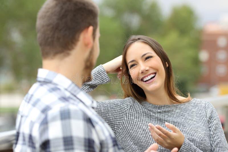 愉快的夫妇谈话在阳台上 免版税库存图片