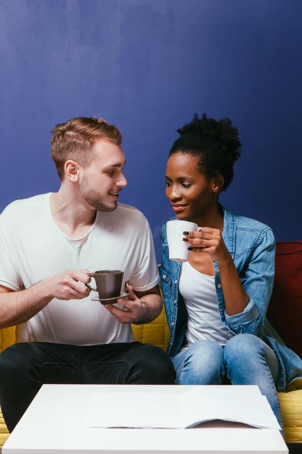 愉快的夫妇饮料咖啡或茶 家庭休闲 库存照片