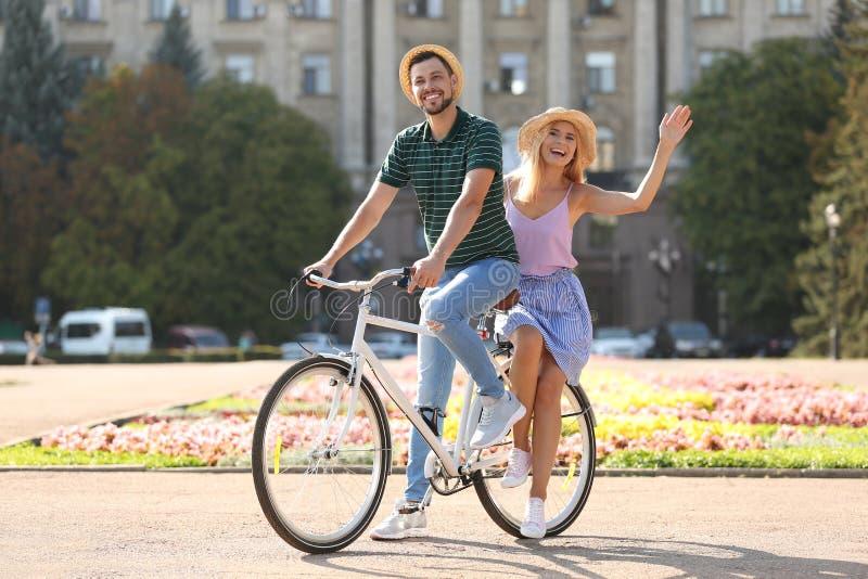 愉快的夫妇骑马自行车一起 免版税库存图片