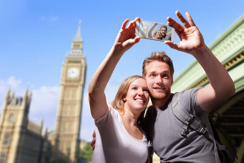 愉快的夫妇selfie在伦敦 免版税库存图片