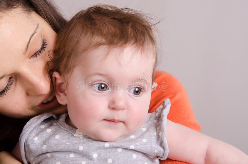 愉快的女儿她拥抱的母亲 库存照片