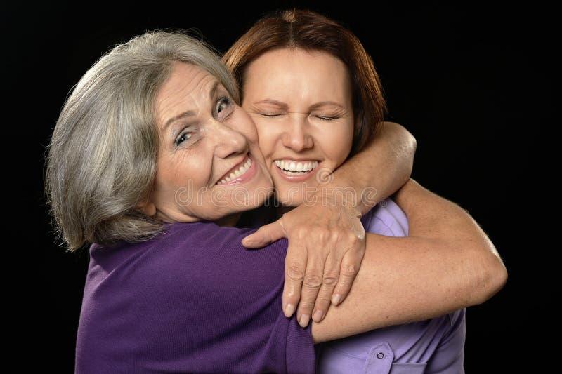 愉快的女儿她拥抱的母亲 图库摄影