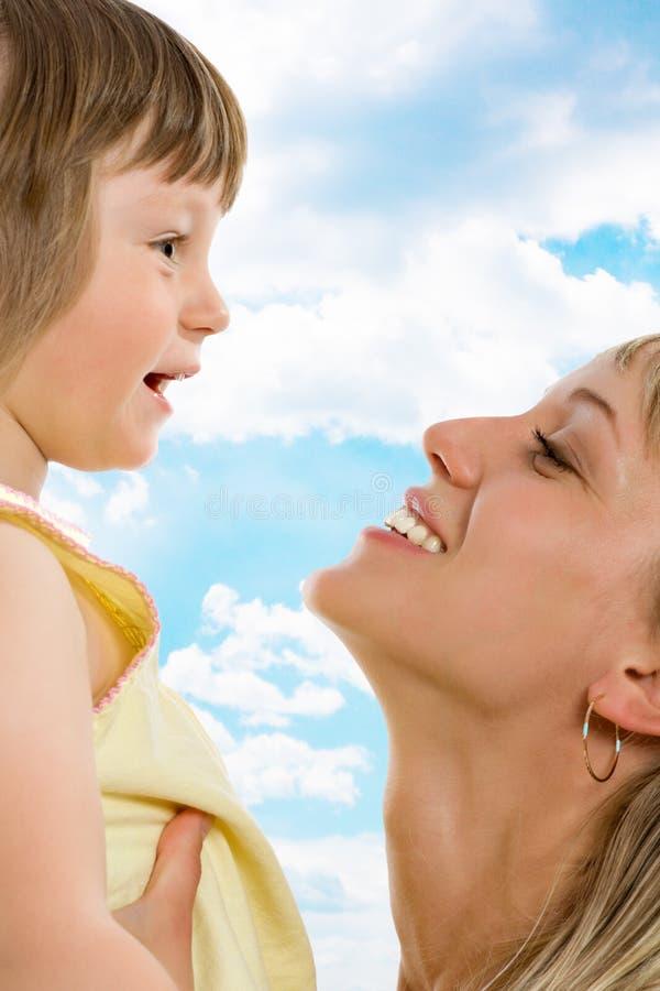 愉快的女儿她的母亲年轻人 免版税库存照片
