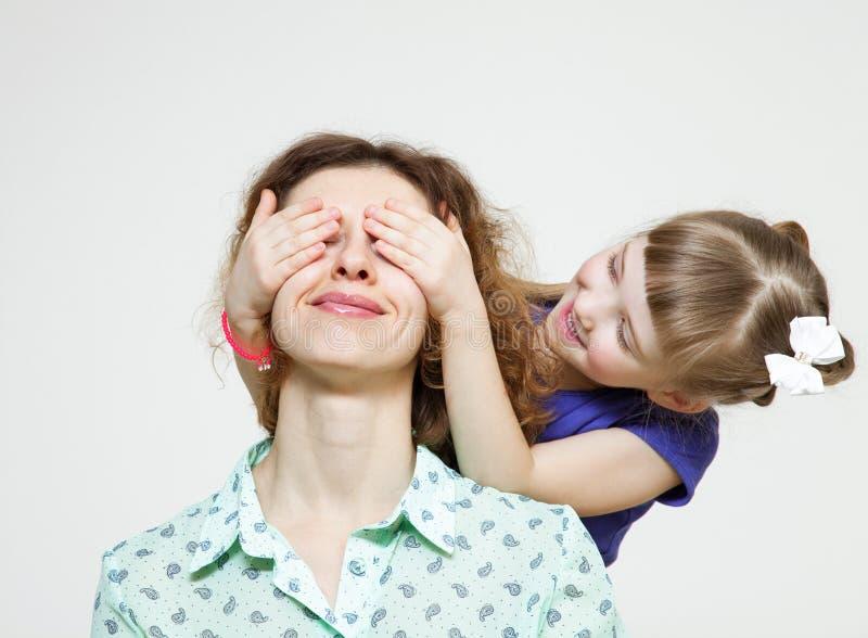 愉快的女儿闭合值的眼睛她的母亲 免版税图库摄影