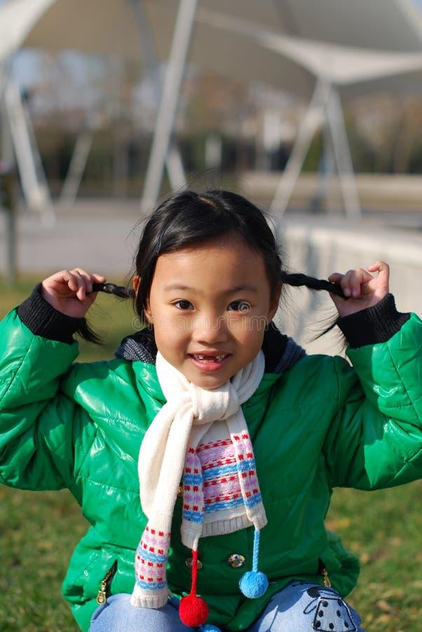 Download 愉快的女孩一点 库存图片. 图片 包括有 微笑, 围巾, 愉快, 少许, 子项, 聚会所, 体育运动, 作用 - 22355697