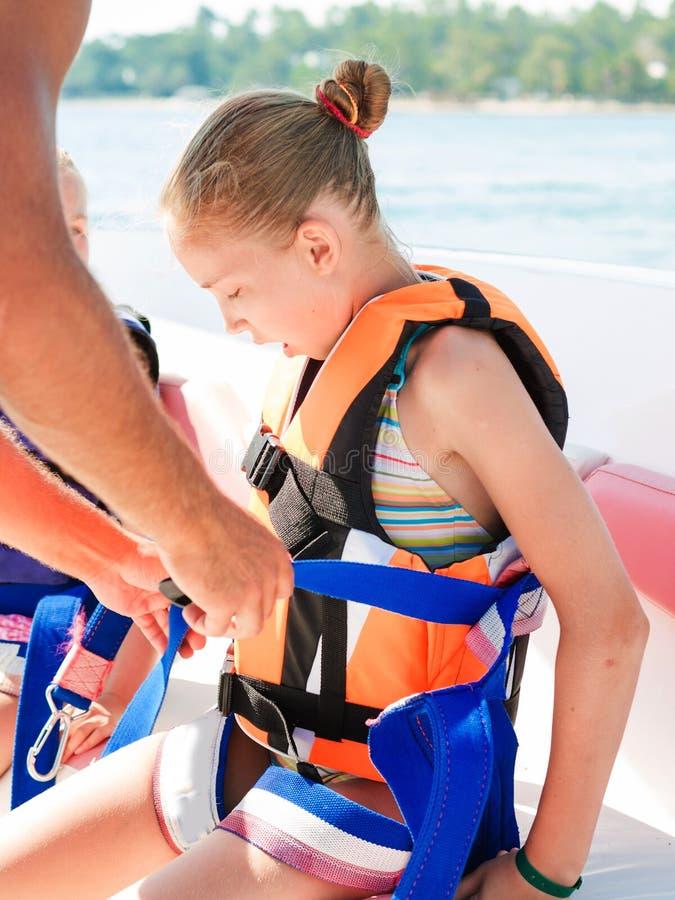 愉快的女孩为帆伞运动准备着 免版税库存图片