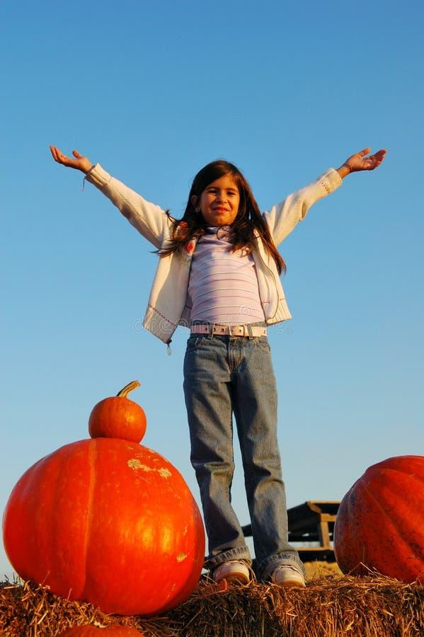 愉快的女孩和南瓜 免版税图库摄影