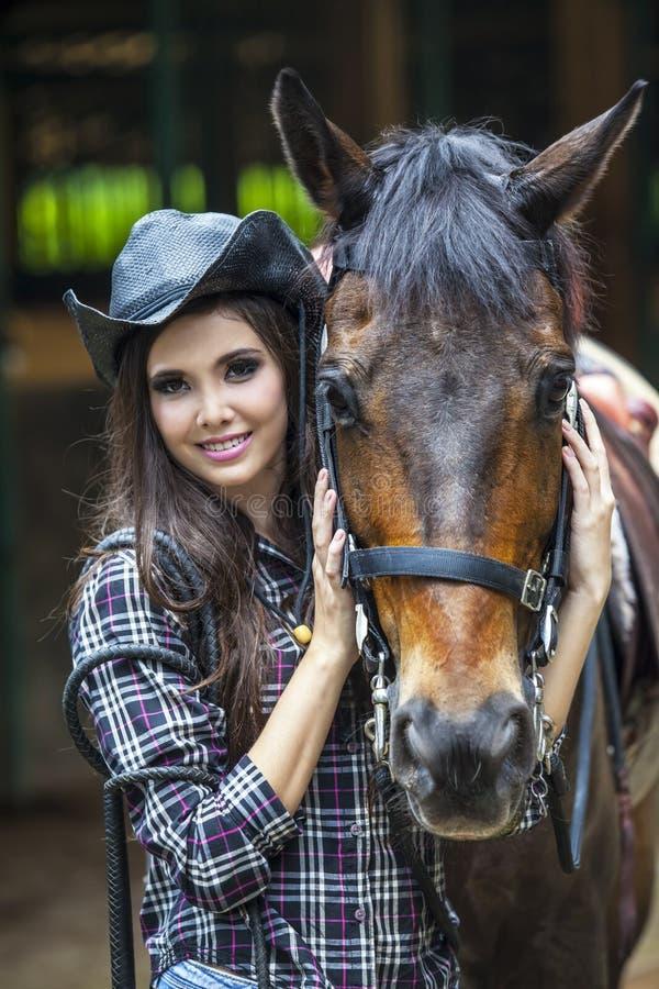 愉快的女孩和她的马 免版税图库摄影