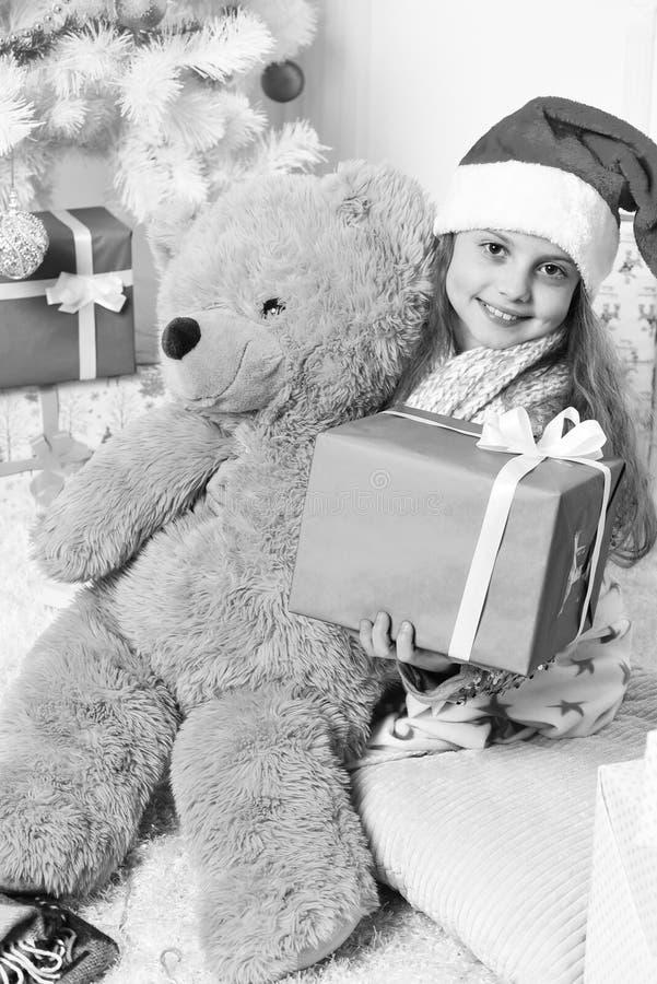 愉快的女孩圣诞节画象由圣诞树的 免版税库存照片