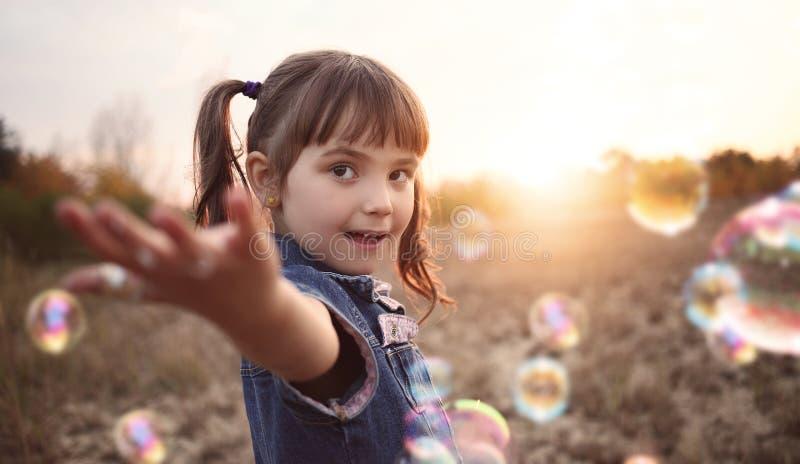 愉快的女孩在一个晴天 库存图片
