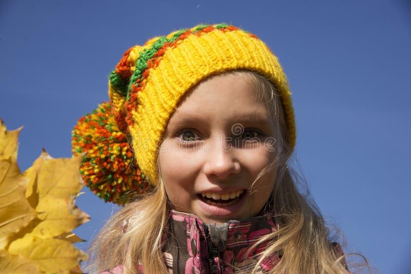 愉快的女孩在秋天 叶子 库存图片