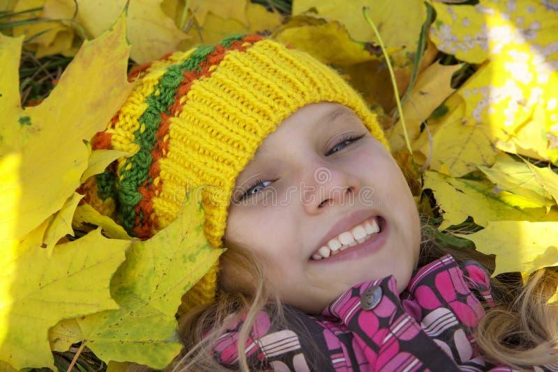 愉快的女孩在秋天 叶子 免版税图库摄影