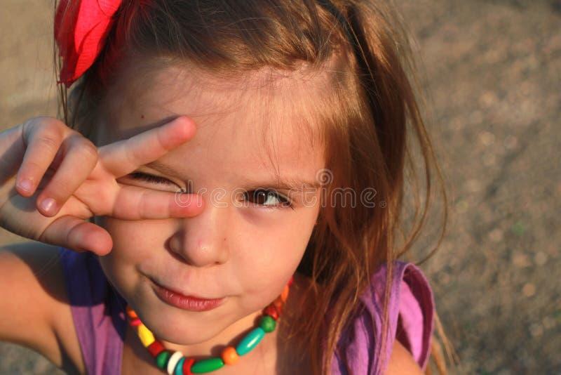 愉快的女孩室外的矮小 库存照片