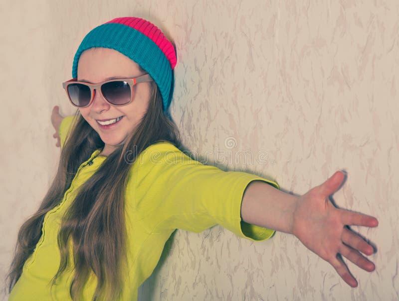愉快的女孩对墙壁 免版税图库摄影
