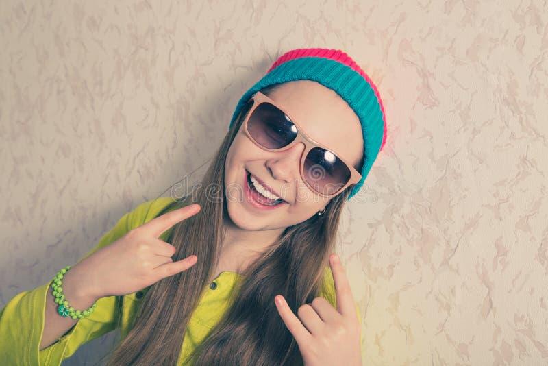 愉快的女孩对墙壁 免版税库存照片