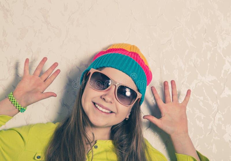 愉快的女孩对墙壁 库存图片