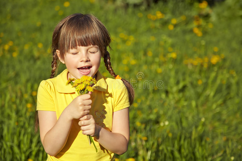 愉快的女孩用蒲公英 免版税库存照片