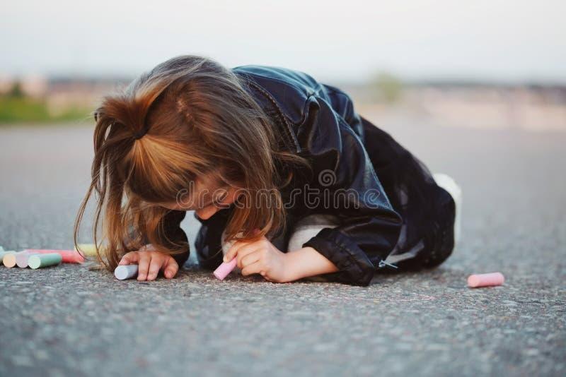 愉快的女孩画在沥青的图片 库存图片