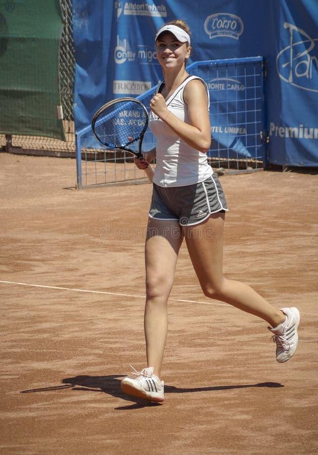 愉快的女孩赢取了点网球 免版税库存图片