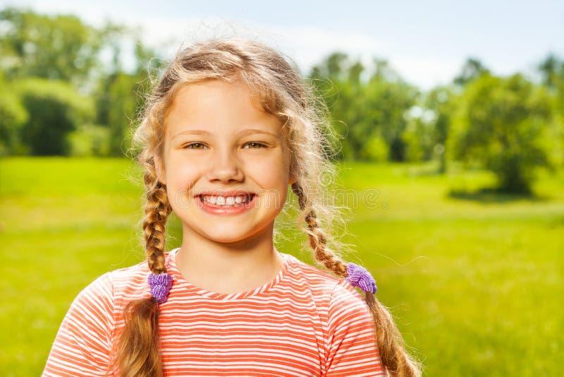 愉快的女孩画象有两条辫子的在夏天 图库摄影