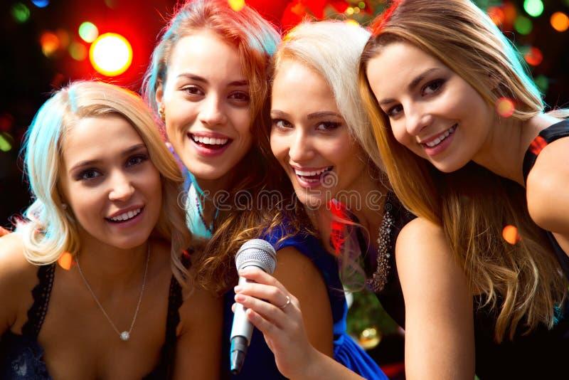 Download 愉快的女孩 库存图片. 图片 包括有 烤肉, 招待, 愉快, 生日, 快乐, 俱乐部, 晚上, 卡拉ok演唱 - 62533319