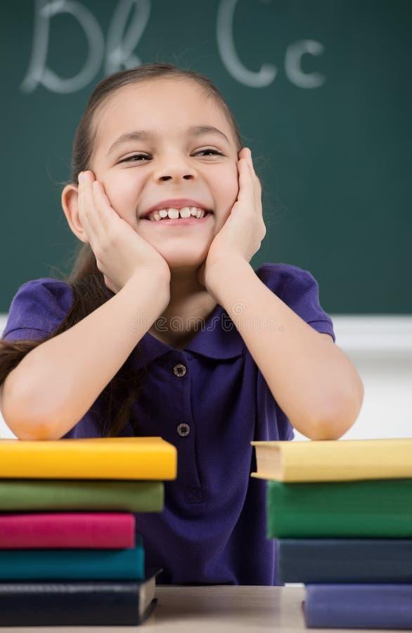 愉快的女小学生。握她的手o的快乐的矮小的女小学生 库存照片