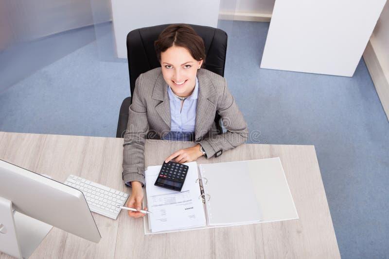 愉快的女性会计 免版税库存图片
