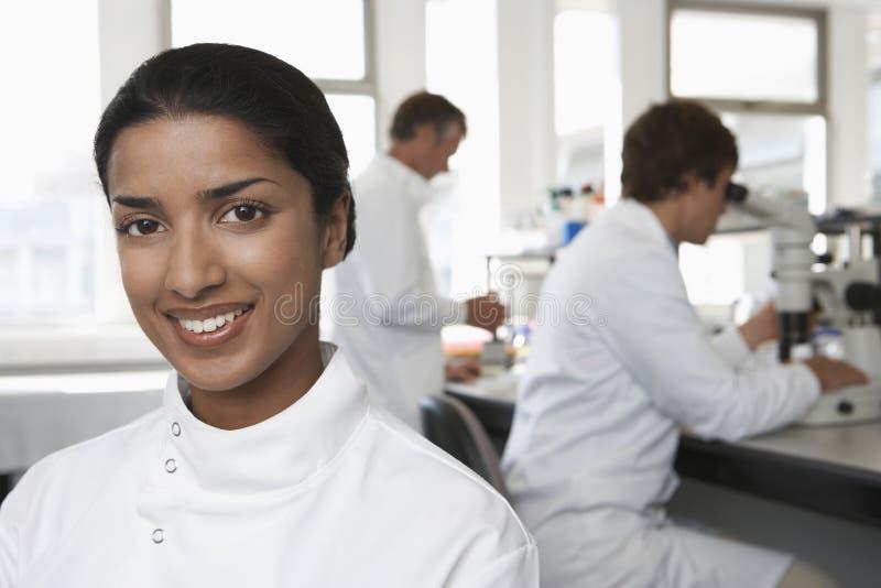 愉快的女性科学家在实验室 免版税库存照片