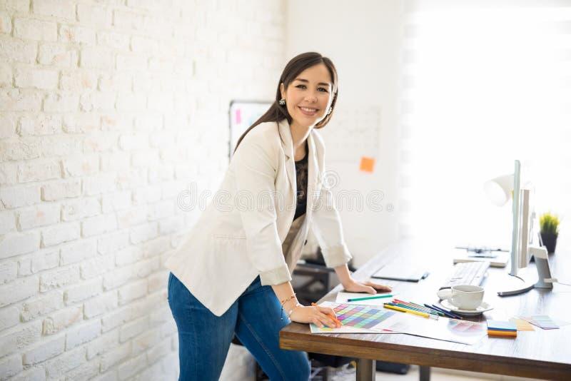 愉快的女性设计师在工作 免版税库存图片