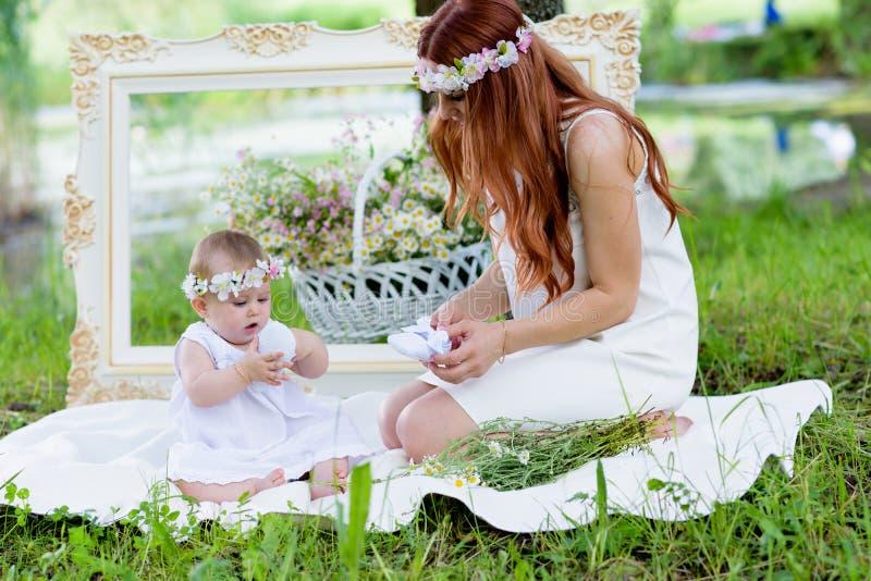 愉快的女婴和母亲画象 库存图片