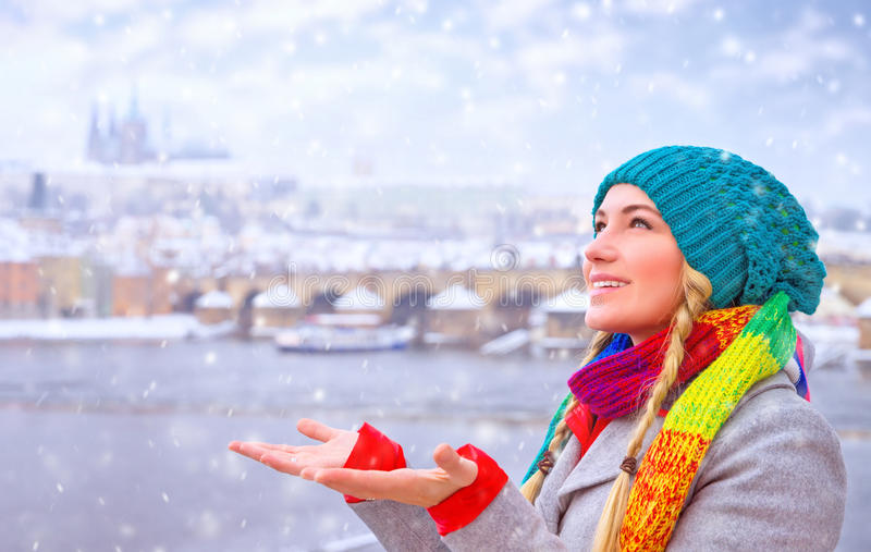 愉快的妇女享受降雪 图库摄影