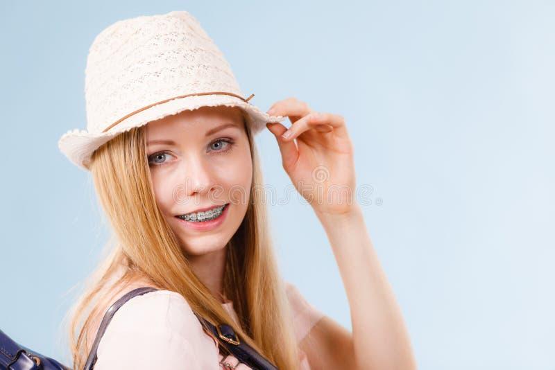 愉快的妇女佩带的夏天成套装备 库存照片