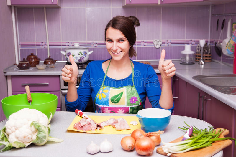 愉快的妇女在厨房里 免版税库存图片
