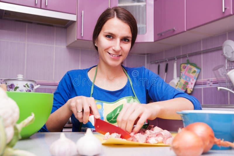 愉快的妇女在厨房里 库存图片