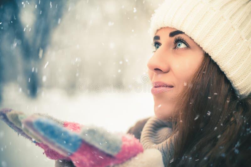 愉快的妇女在纽约公园的冷的多雪的冬天 免版税图库摄影