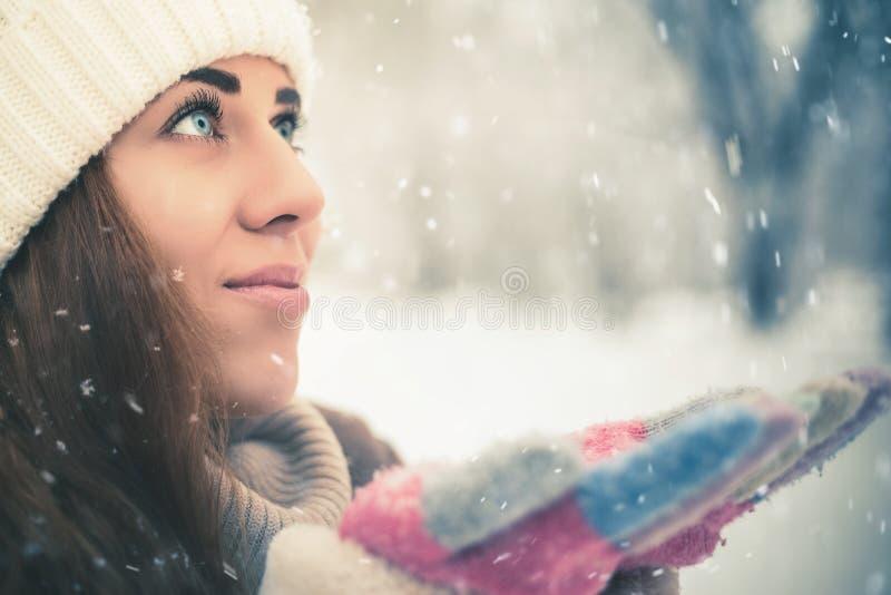 愉快的妇女在纽约公园的冷的多雪的冬天 免版税库存图片