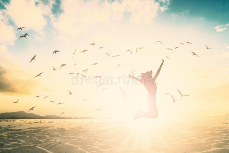 愉快的妇女在美好的背景概念跳为放松生活方式 免版税库存照片