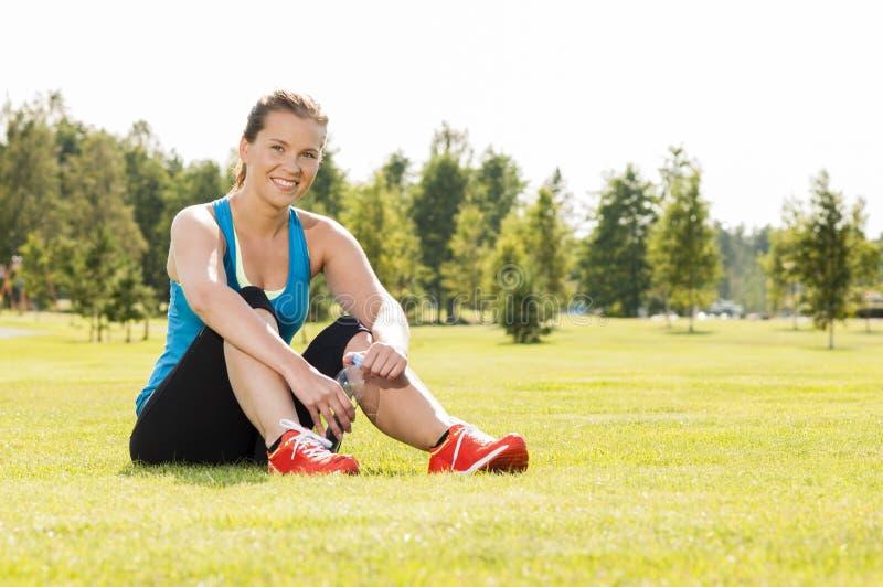 愉快的妇女慢跑者培训在公园。 健康生活方式和p 免版税库存照片