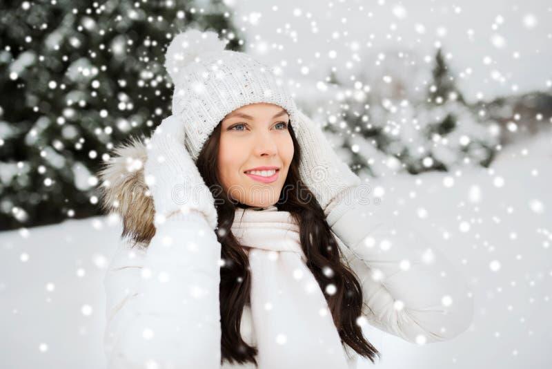 愉快的妇女户外在冬天衣裳 免版税库存图片