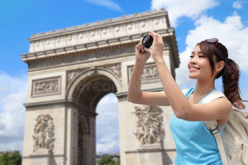 愉快的妇女旅行在巴黎 免版税库存图片