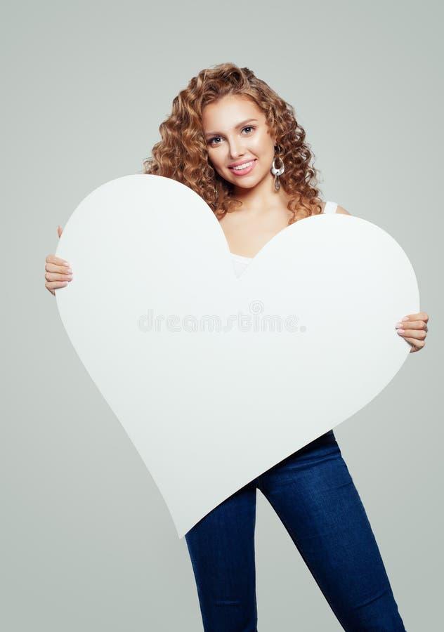 愉快的妇女有与拷贝空间的白色空的纸心脏横幅背景 约会和情人节概念 库存照片