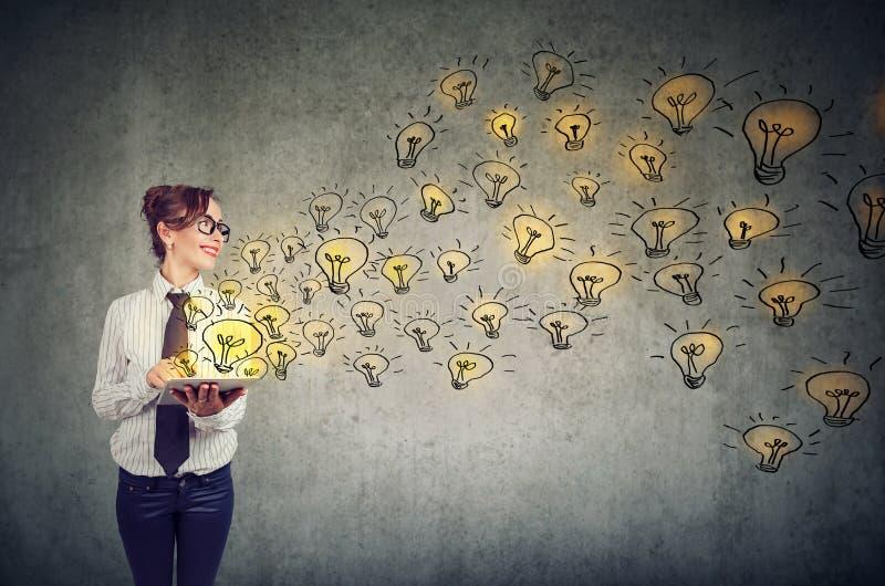 愉快的妇女有精采想法是创造性和传播的知识通过社会媒介 库存图片