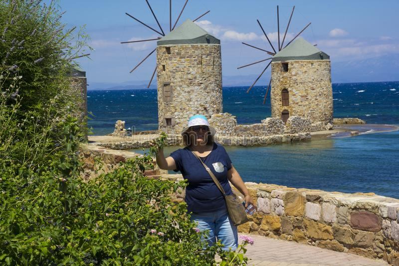 愉快的妇女画象beachin的希腊 免版税库存图片