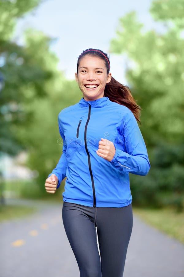 愉快的妇女赛跑者健康生活方式 免版税库存照片