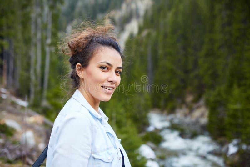 愉快的妇女远足者 库存照片