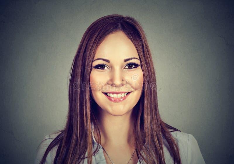愉快的妇女 微笑的暴牙的女孩特写  免版税图库摄影