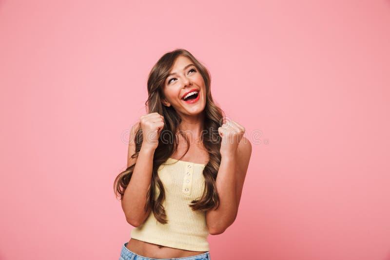 愉快的妇女20s照片有长的棕色头发欣喜和enjo的 免版税图库摄影