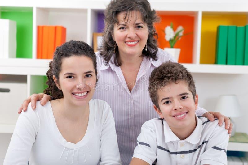 愉快的妈妈画象有孩子的 免版税库存图片