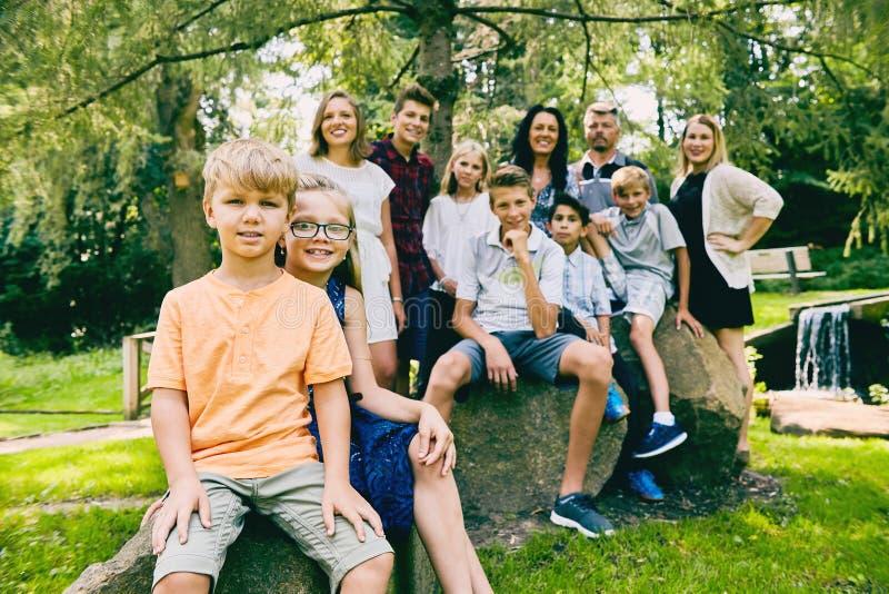 愉快的妹和兄弟有大家庭的 免版税库存照片